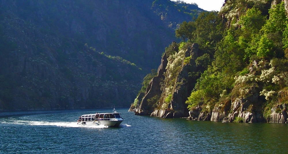 Ruta en catamarán en el Cañón del Sil