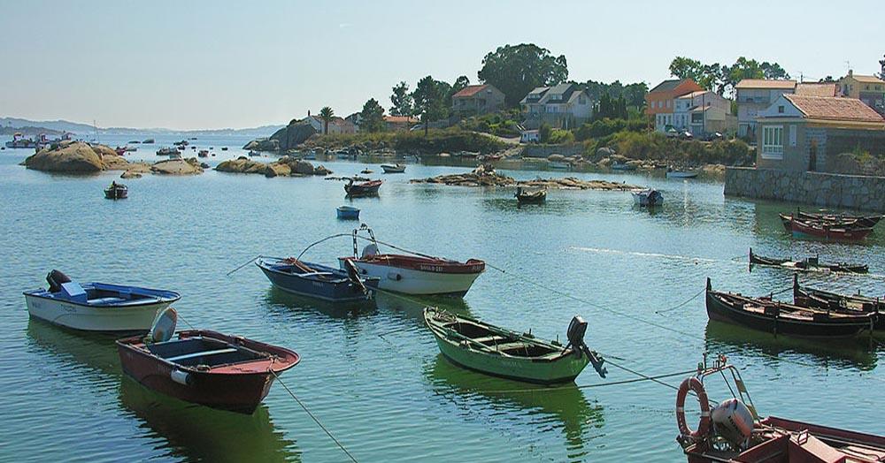 Paisaje de la ciudad con barcos de la zona.